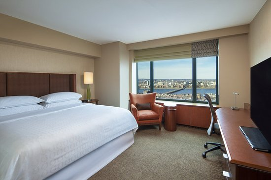 Sheraton Boston Hotel: Accessible King Bedroom with Charles River View