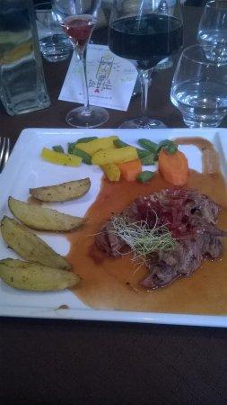 Bracieux, ฝรั่งเศส: Onglet de veau, cuisson rosé parfaite, très tendre, bonne présentation !