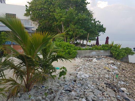 "Guraidhoo: ""plage"" devant l'hotel"