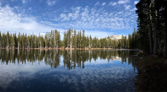Kyburz, CA: Beautiful lake, with plenty of parking and very easy loop trail. We were there the day after Tha