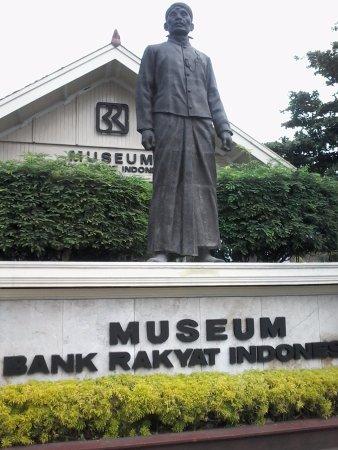 Patung Aria Wirjaatmadja (pendiri BRI) di depan/sisi selatan Museum BRI Purwokerto