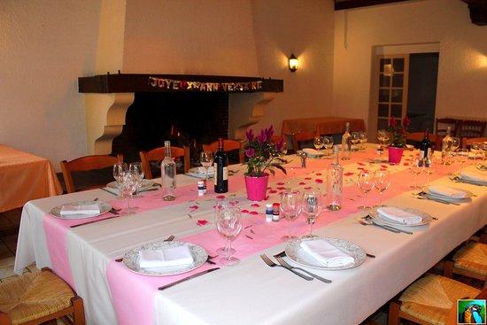 Saint-Sulpice-et-Cameyrac, Frankreich: Table d'anniversaire devant la cheminée
