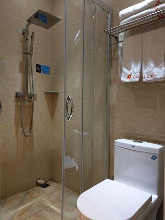 Qiqihar, China: 乾濕分離的衛浴. 但淋浴間內排水不好, 會積水, 淋浴間的門也無法緊閉, 因此積水會跑到淋浴間外, 所以乾濕分離的效果不好. 毛巾不算很軟, 但硬度勉強可以接受.