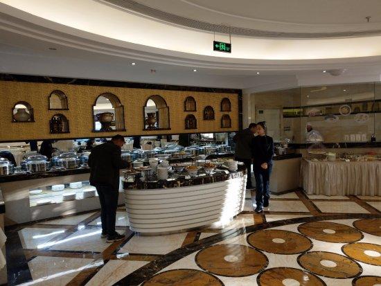 Qiqihar, China: 早餐的選擇並不太多, 全部的菜色都在照片裡. 但還是有個小的現煮麵食區, 並提供現煎蛋. 另外也有咖啡機, 還有幾種燉菜湯.