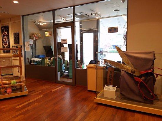 Sakai Traditional Industrial Hall: 大きなハサミと刃物研場