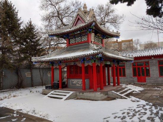 Qiqihar, China: 廟中的建築, 在雪地中看起來有濃濃的宮廷劇風格