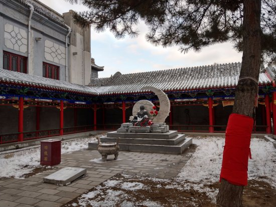 Κικιχάρ, Κίνα: 供奉在庭院中的月下老人