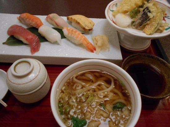 Sakai-machi, Japón: すし、天ぷら付きうどん