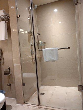 Mudanjiang, Chiny: 乾濕分離的浴廁, 防水做得不錯, 淋浴間外地板不太會濕. 淋浴間內的置物價也夠大, 可以放置自己帶來的沐浴用品.