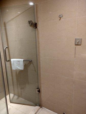 Mudanjiang, Chiny: 淋浴間玻璃門旁邊牆上有吊掛衣服的鉤子