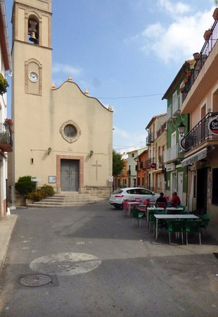La Vall de Laguar, Spagna: Vy mot torg och kyrka