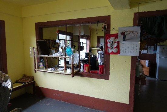 Kolonia, Gefedereerde Staten van Micronesië: Här ser man in i köksregionerna på japanska restaurangen Nett Ramen.