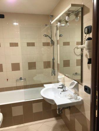 Баньятика, Италия: AirPort Hotel Bergamo, pokój trzyosobowy, łazienka oraz korytarz, lazienka na korytarzu i front