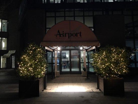 Bagnatica, Italia: AirPort Hotel Bergamo, pokój trzyosobowy, łazienka oraz korytarz, lazienka na korytarzu i front