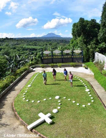 Balete, Filipinas: The big rosary overlooking Mt. Maculot