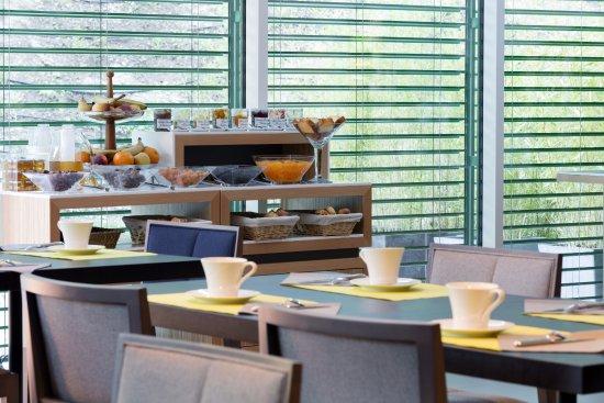 Avene, Francja: Buffet petit déjeuner de produits artisanaux