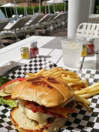 COMO Metropolitan Miami Beach: Met Burger servito a bordo piscina