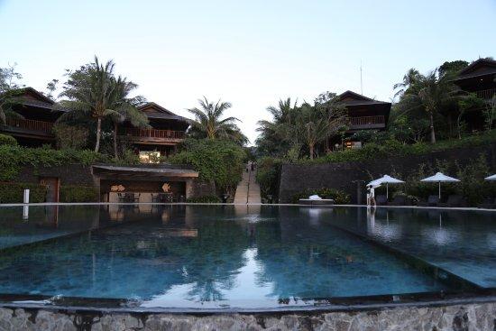 Asya Premier Suites : 鏡面泳池與房間外觀