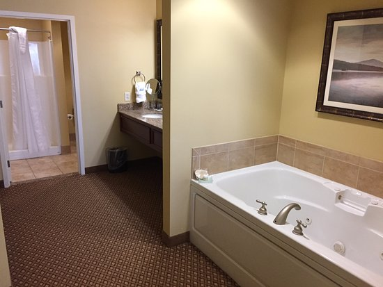 Wausau, WI: Premier Suite: Whirlpool + large Vanity + Shower/WC