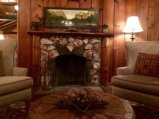 Oakhurst, CA: Bonito y confortable hotel Boutique cerca del Yosemite Park. Cuidadas instalaciones. Desayuno a