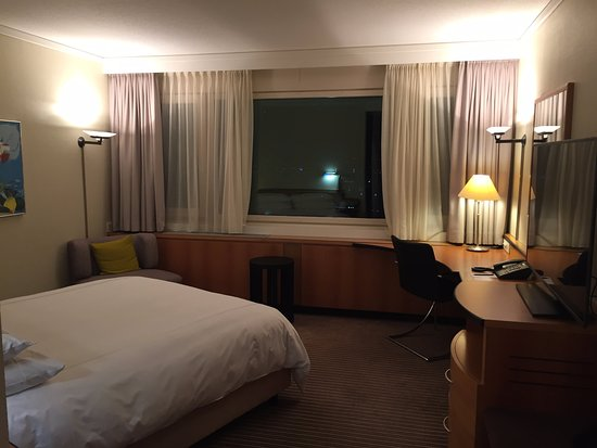 ‪‪Swissotel Zurich‬: Huge window across the wall.‬