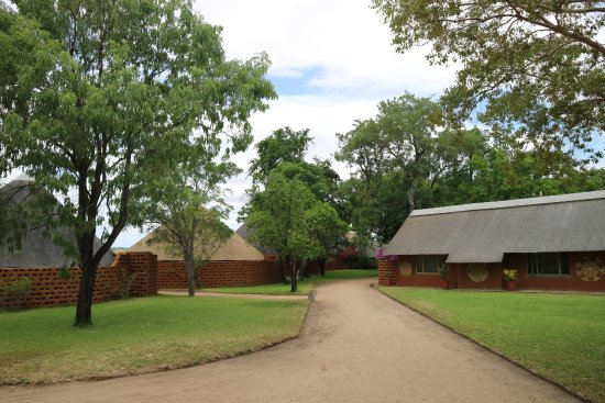 Mala Mala Private Game Reserve, Sudáfrica: Left is accommodation, right is the reception