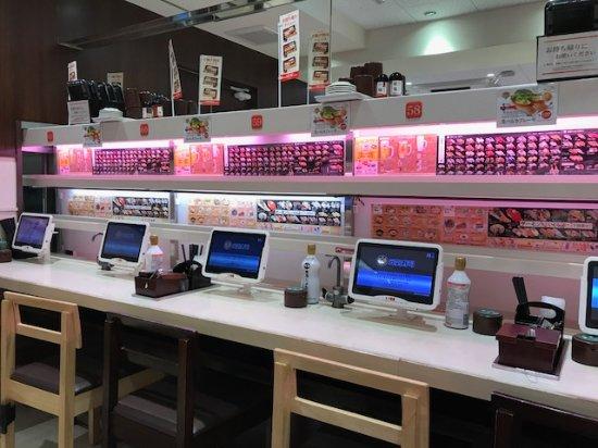 Genki Sushi, Shibuya: Restaurant seating