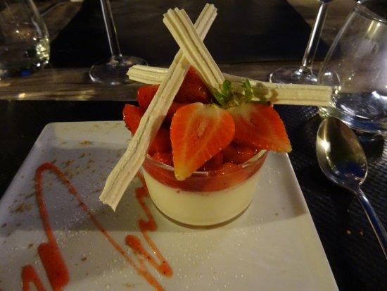 Siorac-en-Perigord, France: Panna cotta amandes, fraises du Périgord
