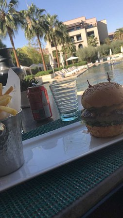 Four Seasons Resort Marrakech: Délicieux hamburger du resto de la piscine adulte