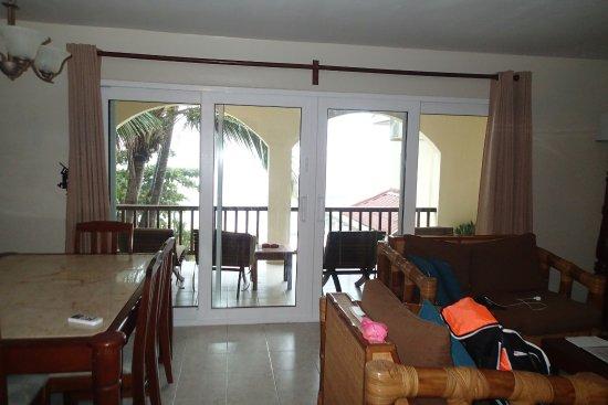 ذا بالمز أوشن فرنت سويتس: dining, living room and outside patio