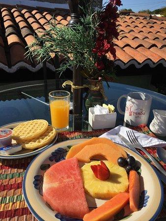 D'Leyenda Hotel: breakfast on rooftop terrace