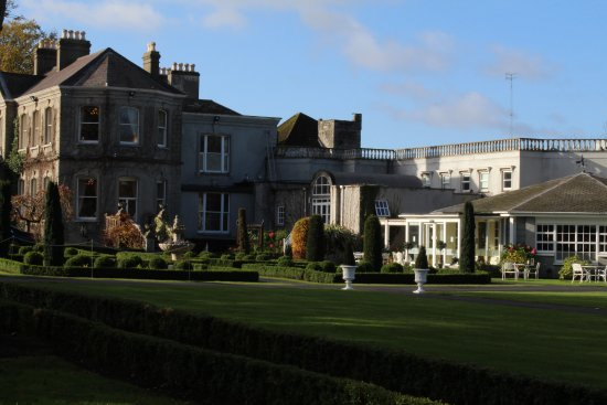 Finnstown Castle Hotel: Side view of hotel