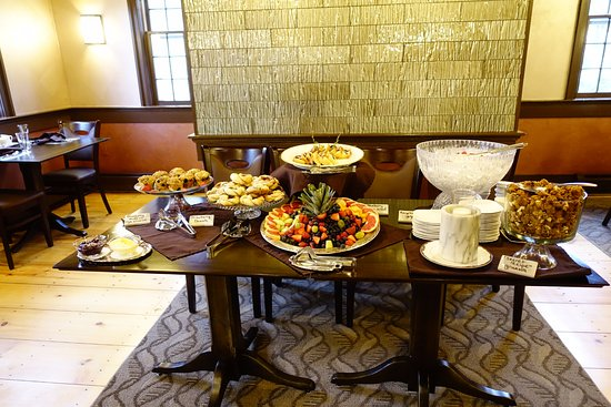 Saint Johnsbury, VT: The breakfast buffet table...more follows with the hot entree.