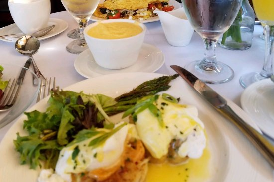 Skopelos at New World: Crabcake Benedict and cheese grits.