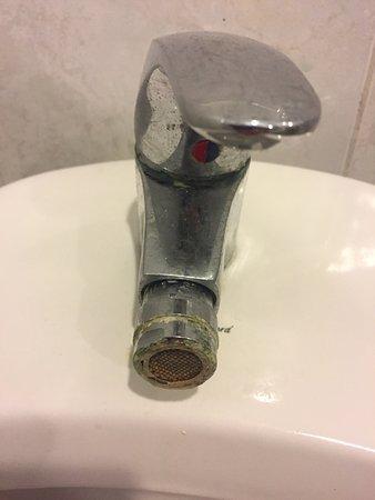 Viva Wyndham Dominicus Beach: Dettaglio delle incrostazioni dei sanitari del bagno