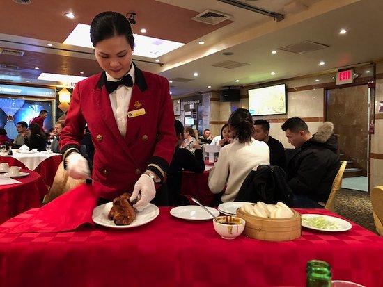 Golden Unicorn Restaurant : preparing the duck pancakes