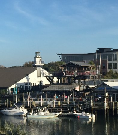Shem Creek Inn: Restaurant across the creek