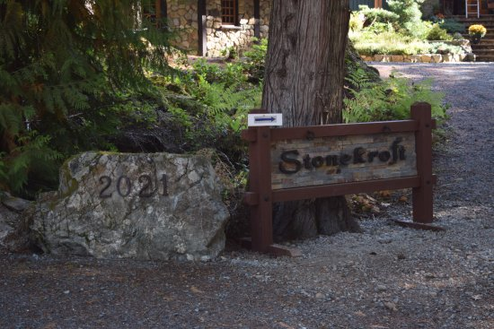 Shawnigan Lake, Canada: Sign at driveway directing visitors to the front door.