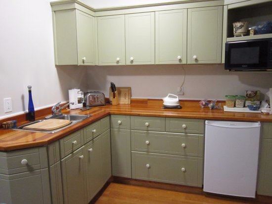 Shawnigan Lake, Canada: Kitchen showing Microwave, fridge, sink and counter with toaster and coffee maker, etc.