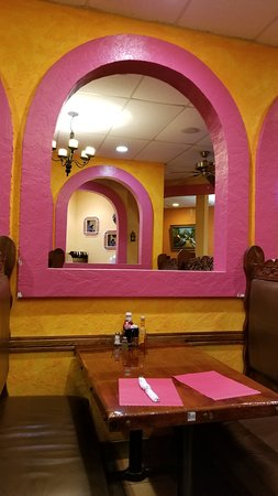 Wisconsin Rapids, WI: Decor is bright but tasteful
