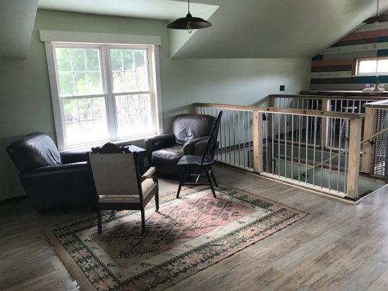 Fairview, NC: Space upstairs to enjoy your cheese plate and wine