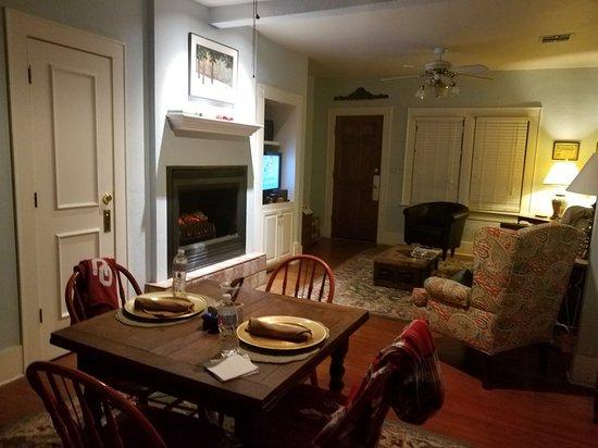 Montford Inn and Cottages: 20171125_223514_large.jpg