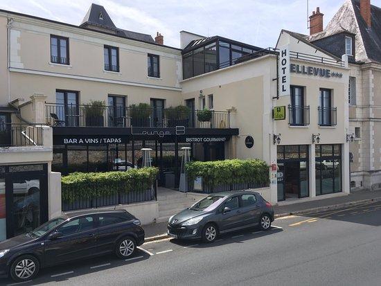 front entrance and hotel restaurant for hotel bellevue amboise picture of bellevue amboise. Black Bedroom Furniture Sets. Home Design Ideas