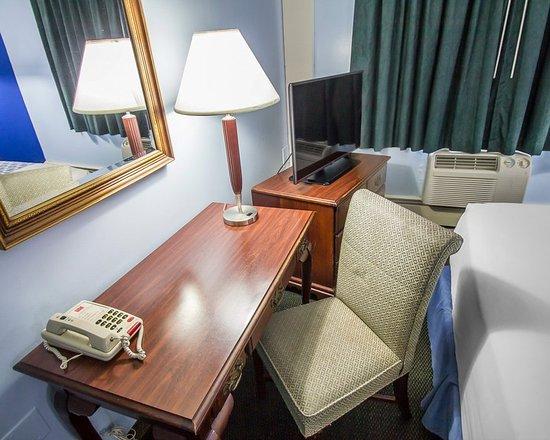 Econo Lodge Inn & Suites Airport: CTNq