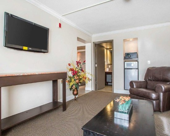 Carlstadt, NJ: King suite with living room
