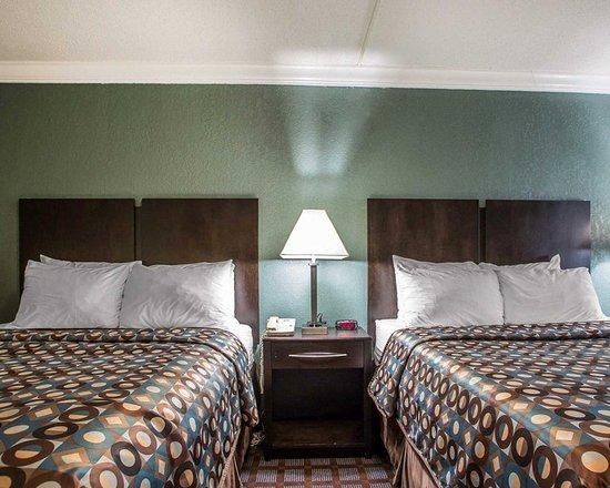 Carlstadt, NJ: Guest room with queen beds
