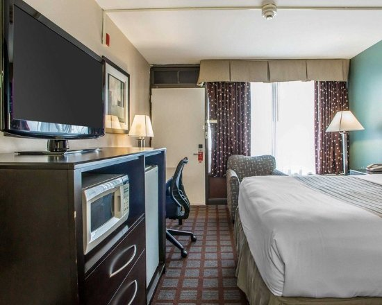Carlstadt, NJ: Well-equipped guest room