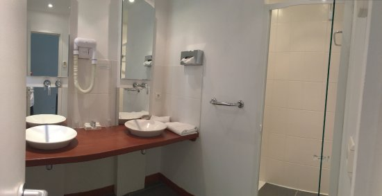 Hôtel Château De Bellefontaine : Outbuilding bathroom at Hotel Chateau De Bellefontaine - Bayeaux