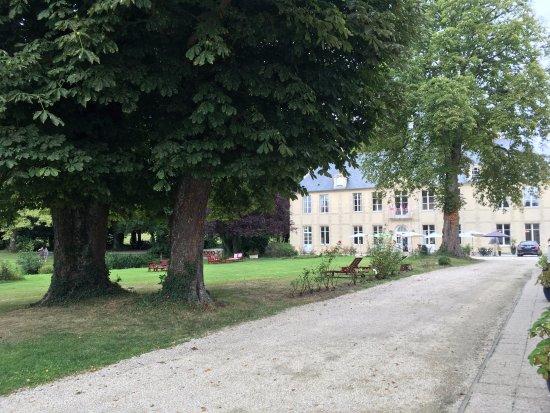 Hôtel Château De Bellefontaine : Grounds at Hotel Chateau De Bellefontaine - Bayeaux