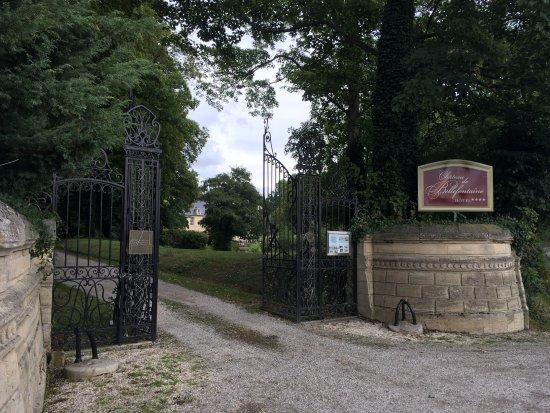 Hôtel Château De Bellefontaine : Entrance to Hotel Chateau De Bellefontaine - Bayeaux